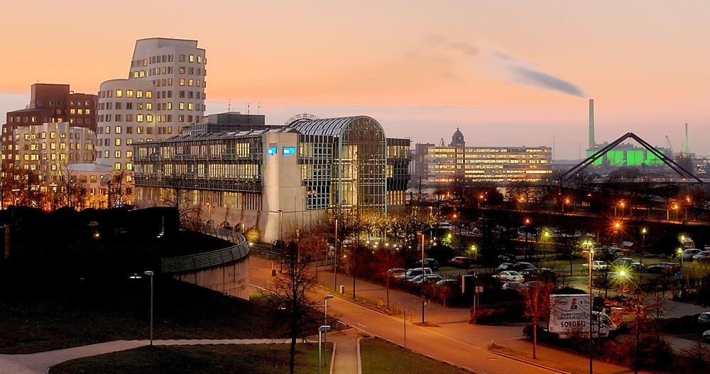 Der Medienhafen in Düsseldorf hat sich in den vergangenen 20 Jahren zu einem futuristisch anmutenden Zentrum der Branche entwickelt. Hier sind alle Mediensparten vertreten. Im Vordergrund das Düsseldorfer Funkhaus des Westdeutschen Rundfunks. Foto: Turmfalke/pixabay.com